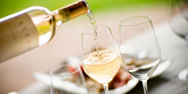 С чем пьют белое полусухое вино