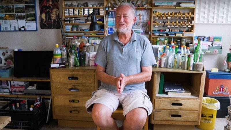Голландец собрал коллекцию из 1200 выброшенных на берег моря бутылок с посланиями