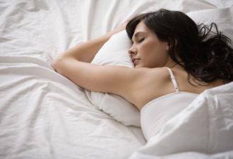 Почему нельзя спать с мокрыми волосами? Мнение врачей и народные приметы о мытье волос на ночь