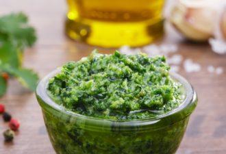 Острая приправа из зелени и чеснока — очень вкусная и полезная!