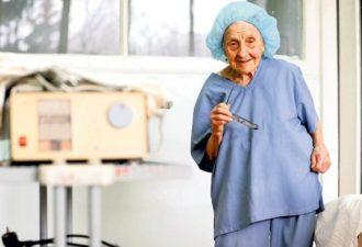 89 лет — из них 67 в работе. 4 операции в день. История самого удивительного хирурга России