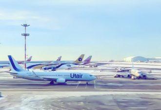 Пассажир самолета снял на видео, как воруют вещи из чужих чемоданов