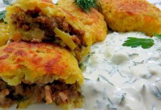 Картофельные зразы со сметанно-чесночным соусом.