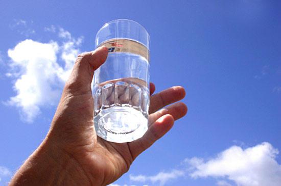 «Опусти стакан!» — необычная притча о том, как надо относиться к проблемам
