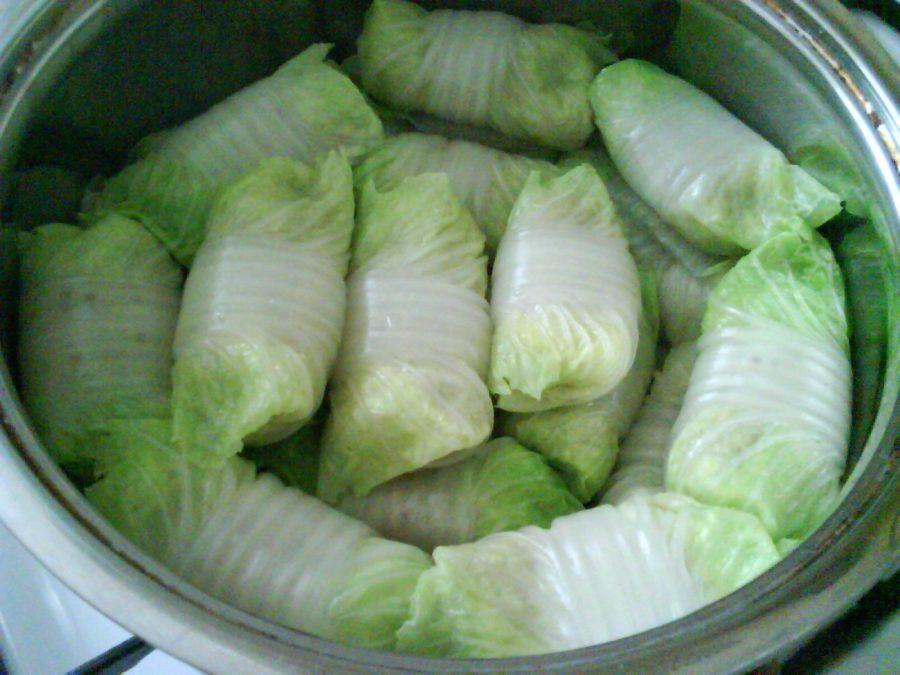 Голубцы это банально? А вы попробуйте сделать из пекинской капусты с необычной начинкой!
