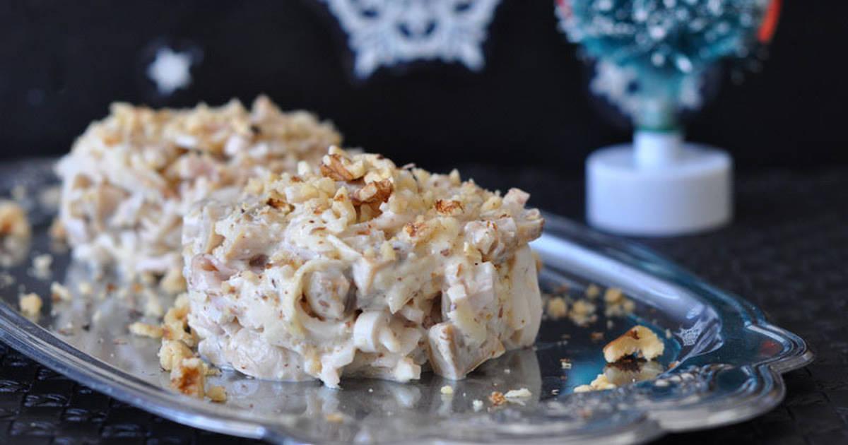 Салат с кальмарами и орешками. К любому празднику.