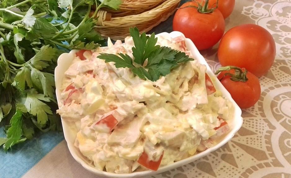 Новогодний салат с курочкой и помидорами
