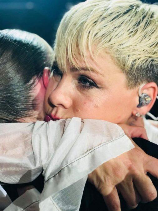Плакат в толпе заставил Pink приостановить концерт.
