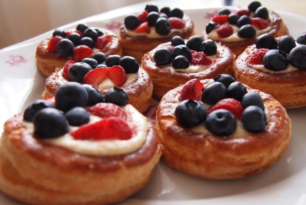 Красивые и вкусные пироженки из слоеного теста с ягодами